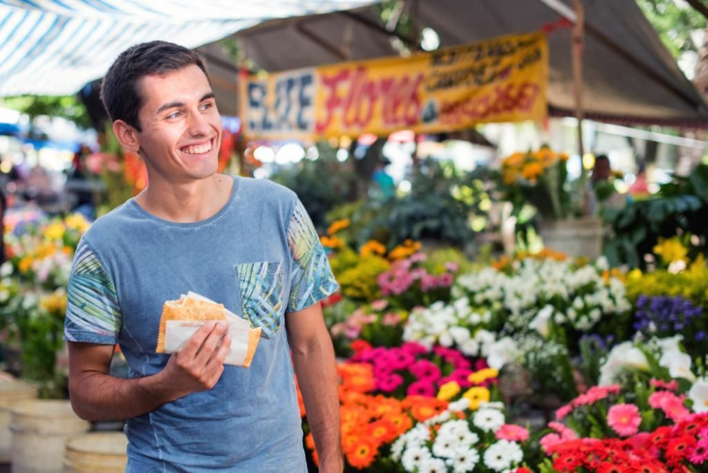 Damien adore goûter aux spécialités locales, vendues sur les marchés ou dans la rue. Il déguste ici un pastel, une sorte de beignet chaud farci et croustillant. //©marcelosantosbraga.com.br pour l'Etudiant