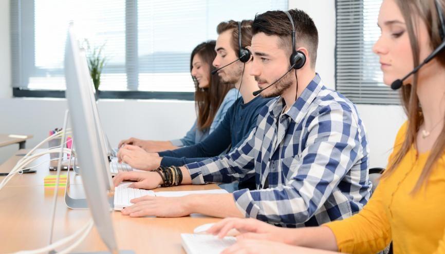 De plus en plus d'hommes, avec une parfaite maîtrise de l'anglais, exercent le métier de standardiste. //©W Production / Adobe Stock