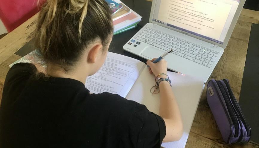 Faute de bureau, Jeanne, en 3e à Paris, travaille tous les jours sur la table du salon. //©Juliette Chaignon