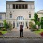 Travailler dans le luxe : un 5 étoiles au cœur des vignes : Alex Remichi, réceptionniste // © Fred Carol/Divergence
