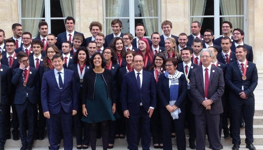 François Hollande reçoit à l'Élysée les jeunes lauréats et participants des Olympiades des métiers le 13 octobre 2015. //©Etienne Gless