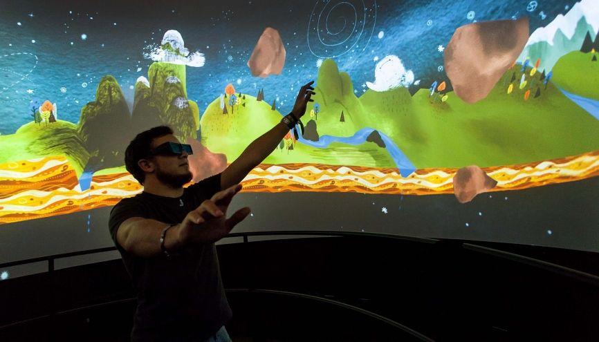 Joseph, 22 ans, élève ingénieur, en apprentissage chez Cortex Productions, a mis au point cet écran 360° pour films en relief. //©Yohan Bonnet/Hans Lucas pour l'Etudiant
