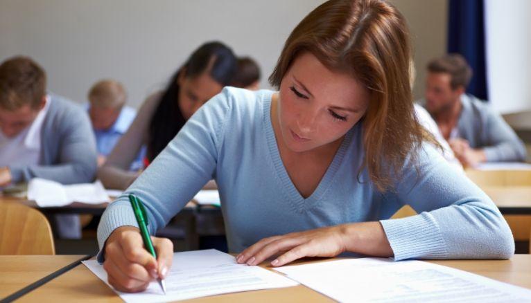 Pour certaines écoles, la procédure d'admission parallèle passe par un concours, quand d'autres privilégient une sélection sur dossier.