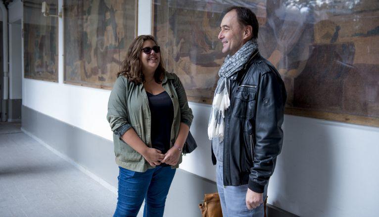 Échanger avec les adultes du lycée fait partie de son activité de déléguée. Ici, Joana avec son professeur principal.