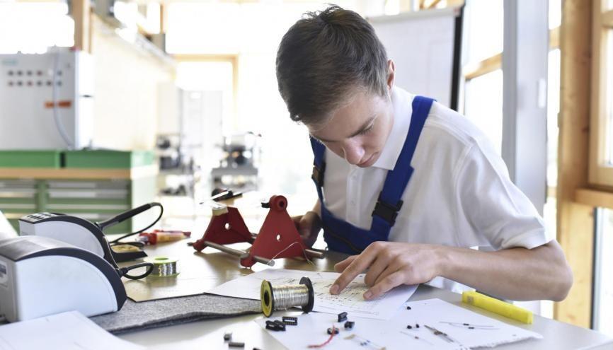 Les écoles d'ingénieurs ouvrent de plus en plus leurs portes aux étudiants en BTS. //©plainpicture/Westend61/lyzs