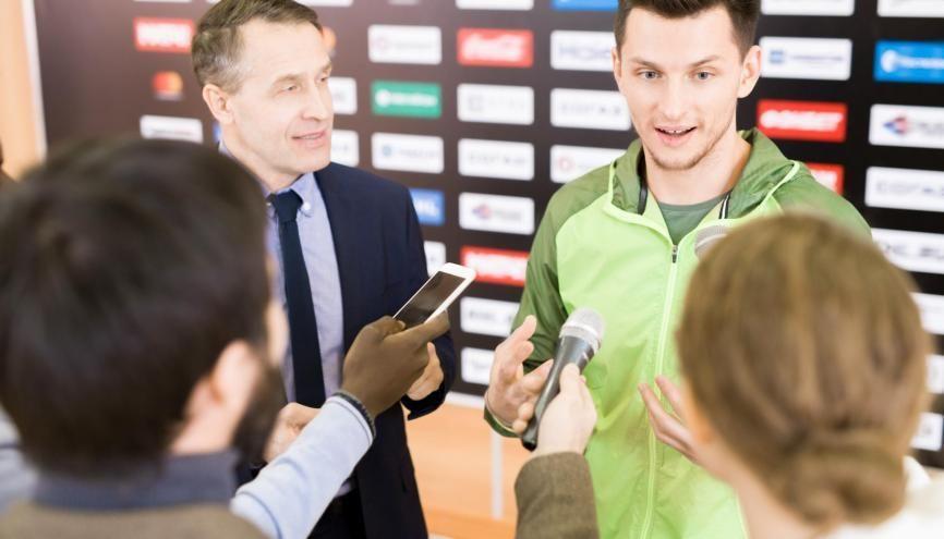 Les journalistes sportifs doivent connaître les arcanes du milieu ainsi que les outils propres à chaque média. //©Adobe Stock / seventyfour