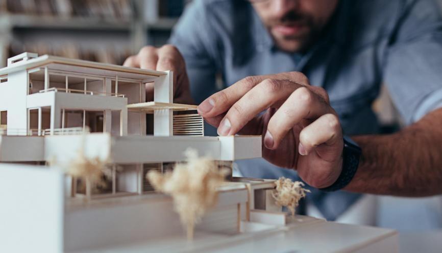 L'architecte d'intérieur doit disposer de compétences artistiques mais aussi de la maîtrise des contraintes techniques. //©Jacoblund/iStock