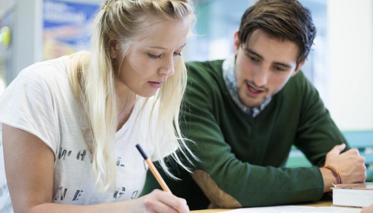 Les universités mettent en place des ateliers de soutien pour améliorer l'orthographe de leurs étudiants.