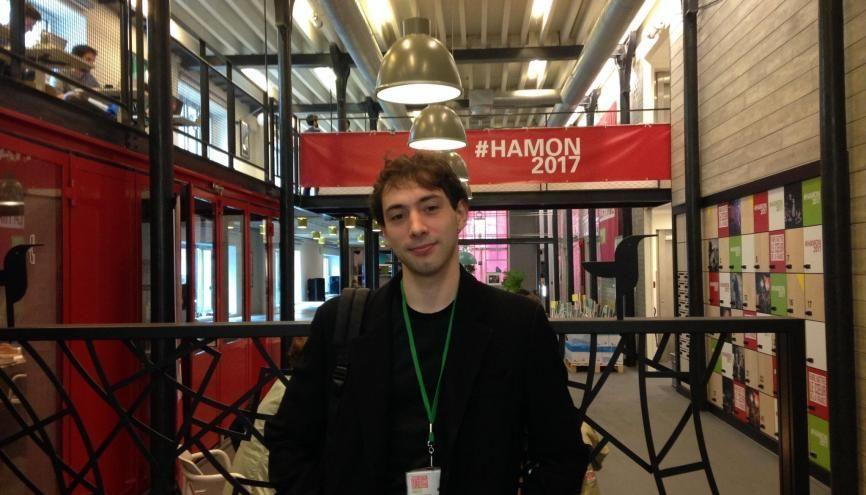 Antoine, 26 ans, militant socialiste, est salarié de l'équipe de campagne de Benoît Hamon. //©Cécile Peltier