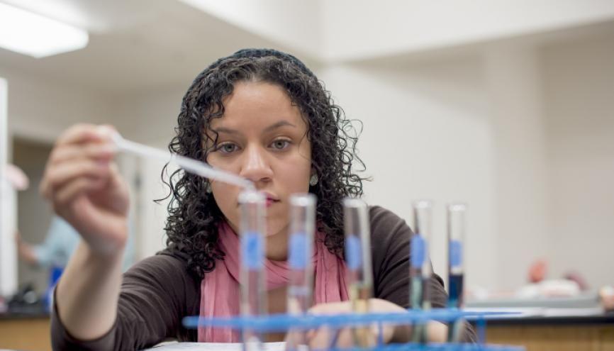Pour les sciences de la santé, il faut avoir de bonnes compétences expérimentales. //©plainpicture/Image Source/yellowdog