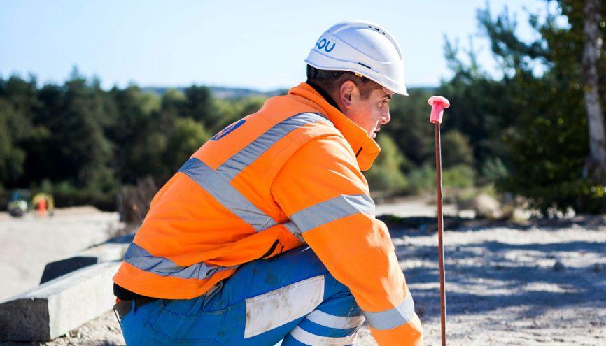 Sur un chantier-école, les élèves du CAP constructeur de routes réalisent les travaux de terrassement préalables à la construction de routes et de trottoirs. //©Yohan Bonnet/Hans Lucas pour l'Etudiant