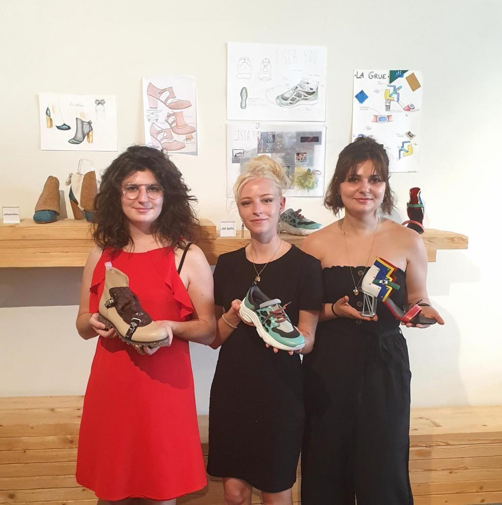 """De gauche à droite : Léa Bourget, Nolwenn Darras et Lauriane Paradis, les lauréates du concours """"Mes chaussures préférées, étudiants X manufactures"""". Crédit: Fédération française de la chaussure."""