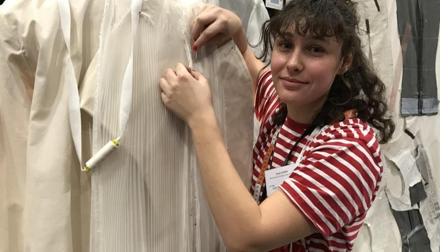 Anaïs, 22 ans, apprentie en CAP Couture chez Dior s'envole pour Los Angeles pour retoucher les robes des célébrités à la cérémonie des Oscars le 9 février //©Etienne Gless