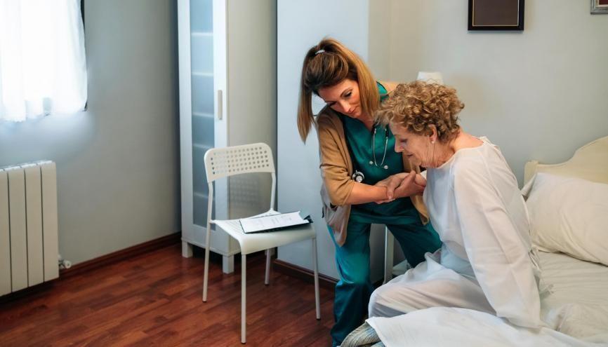 Dès septembre, les futurs aides-soignants seront recrutés sur dossier. //©David Pereiras / Adobe Stock
