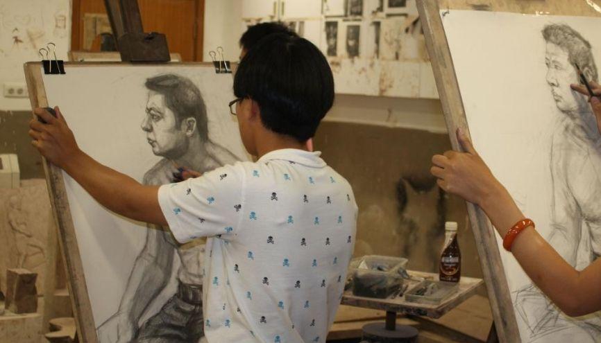 Un étudiant aux Beaux-arts de l'Université de Shanghai. //©Sophie de Tarlé