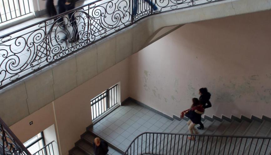 """L'escalier du bâtiment """"les Jacobins"""", emprunté exclusivement par les élèves de prépa pour rejoindre les salles de cours. //©Christian Bellavia / Divergence pour l'Étudiant"""