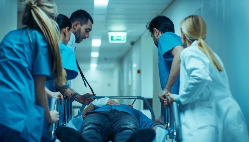 En cette période de crise, les internes participent aux soins des malades au sein des équipes médicales. //©Gorodenkoff / Adobe Stock