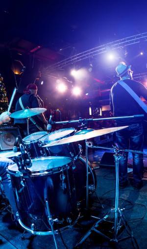 """Si les musiciens sont""""en train de jouer"""", de faire l'action de jouer, il y a accord du participe passé."""
