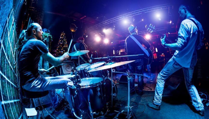 """Si les musiciens sont""""en train de jouer"""", de faire l'action de jouer, il y a accord du participe passé. //©Adobe Stock/Andrey Armyagov"""