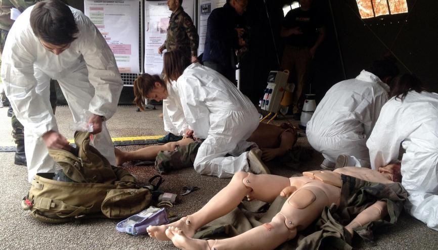 Pour leur examen, les étudiants en médecine de Lyon 1 doivent prendre en charge deux mannequins qui présentent des blessures par balle et des membres arrachés. //©Morgane Jacob