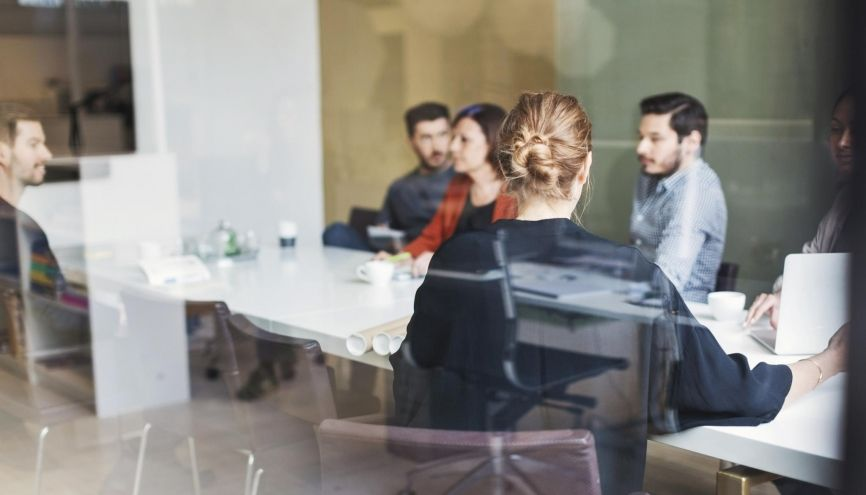 Premier consigne en cas de conflit dans votre entreprise : s'il y a des tensions dans l'équipe, restez en retrait //©plainpicture/Maskot