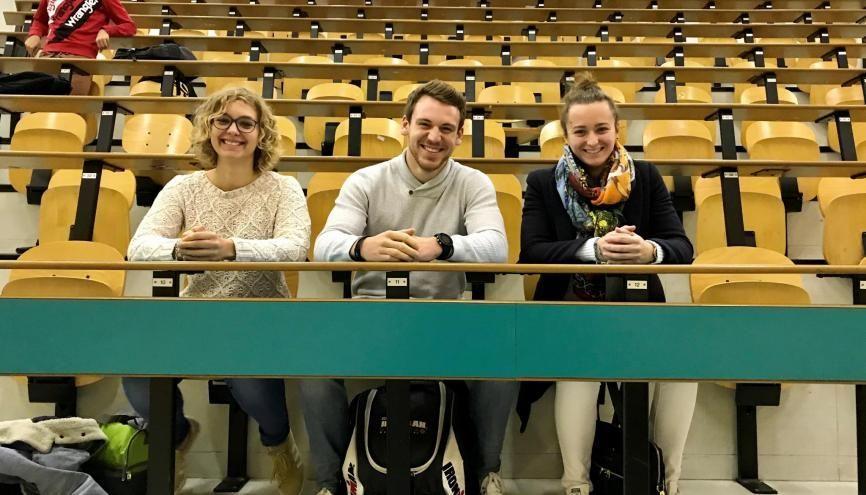 Léa, Théo et Anne-Cécile sont en troisième année de STAPS à Nancy. Contrairement aux idées reçues, ils passent plus de temps en amphi qu'au stade. //©Amélie Petitdemange