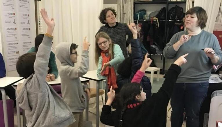 """Les élèves très participatifs pour résoudre """"l'énigme de Noël"""", jeu actif qui fait travailler la logique et les chiffres."""