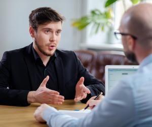 Pour près de 50% des 18–30 ans interrogés par Ipsos, trouver son premier emploi est une mission ardue.