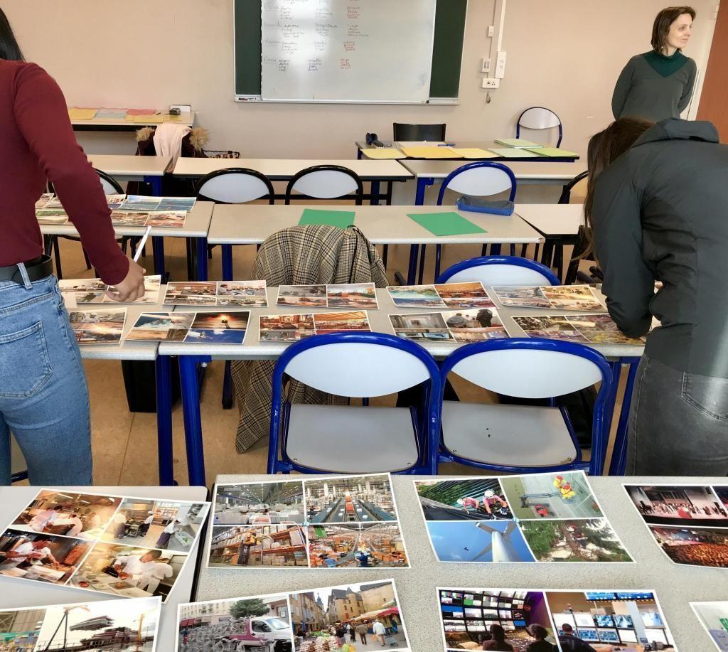 Armelle Jacquin demande aux participantes de choisir les images qui les attirent.  //©Amélie Petitdemange