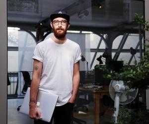 Sur les tournages, Clément donne son avis, sans jamais oublier les attentes de la marque.