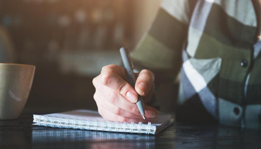 Pour décrocher une alternance, il faudra soigner votre CV et votre lettre de motivation. //©zakalinka / Adobe Stock