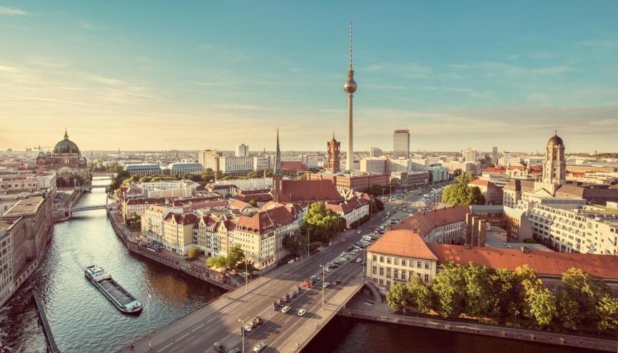 Couchers de soleil au bord des canaux, brasseries en plein air, mais aussi natation dans les lacs environnants… Berlin se montre sous son meilleur jour en été. //©Canadastock - Shutterstock