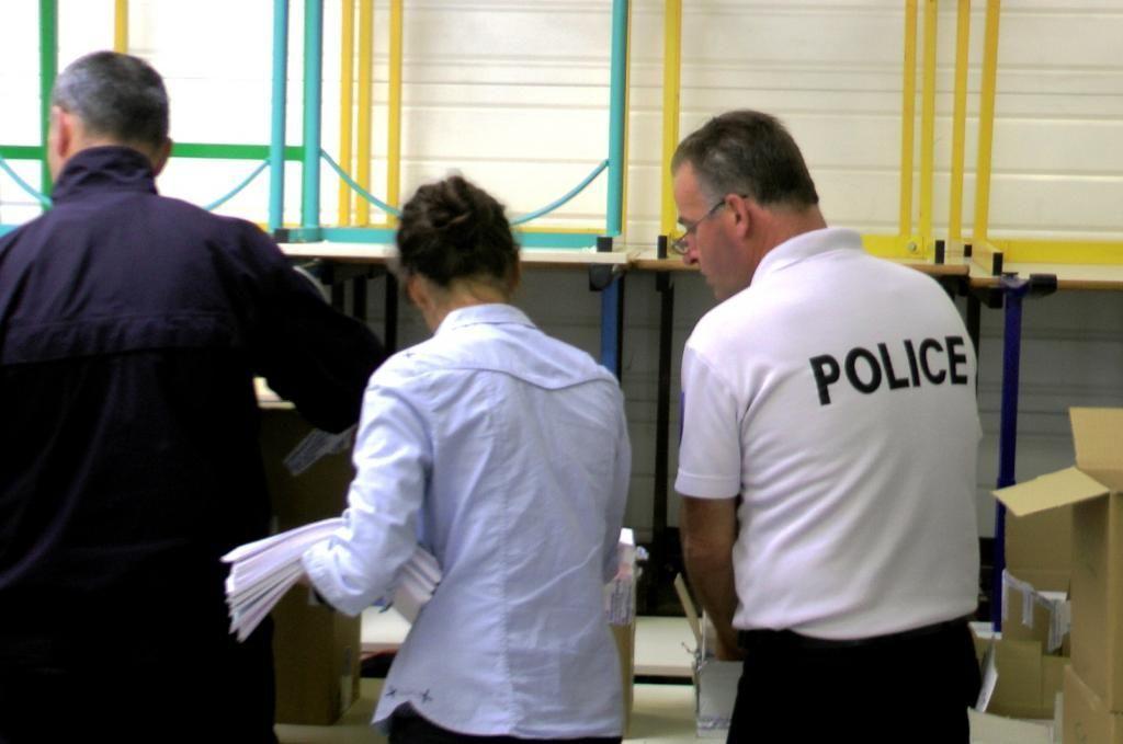 Premier jour de formation à l'école de police nationale de Saint-Malo. 16 h 30 : l'heure de la distribution de la tenue de gardien(ne) de la paix. //©Etienne Gless
