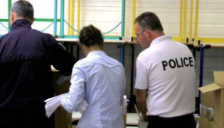 Premier jour de formation à l'école de police nationale de Saint-Malo. 16 h 30 : l'heure de la distribution de la tenue de gardien(ne) de la paix.