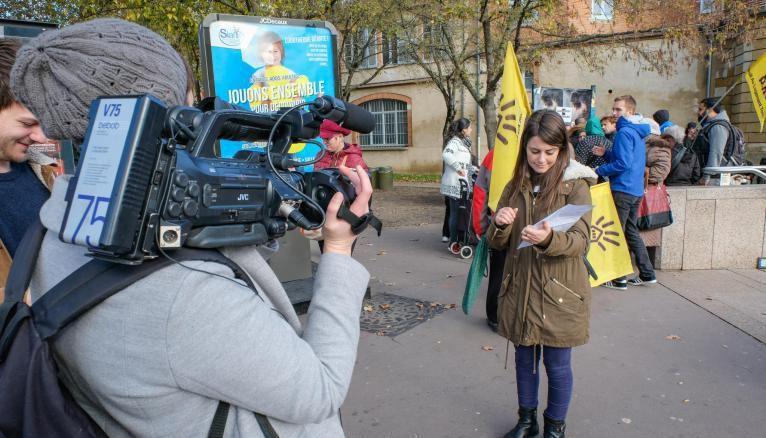 Katerina (de face) et Marie-Laure (de dos), étudiantes à EJT en 2017, s'exercent à la pratique du reportage.