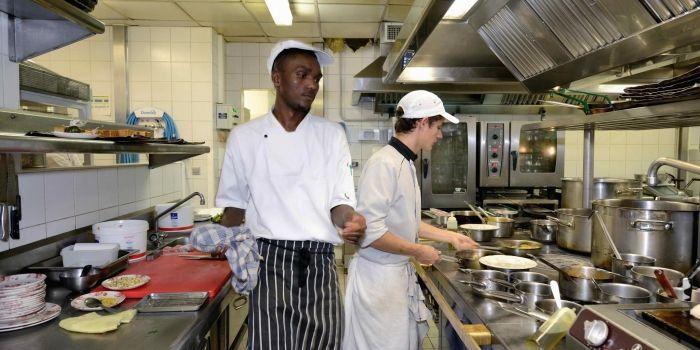 Travailler dans le luxe dans les coulisses d 39 un 5 for Salaire d un commis de cuisine