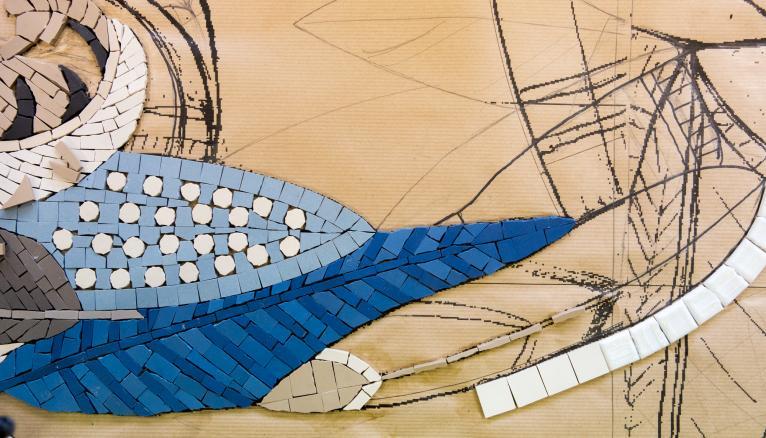 """<strong>LE MOMENT PRÉFÉRÉ DE SIKA ? CELUI OÙ ELLE COMMENCE À RÉFLÉCHIR À SA PROCHAINE CRÉATION (2/2)</strong><br />Avant de se lancer dans la création de son entreprise, Sika a arrêté ses études d'assistante d'architecte, voyagé un an en Chine grâce à la bourse """"Paris Jeune Aventures"""", suivi des ateliers d'art. Ses sources d'inspiration : les images qu'elle collecte au quotidien, les expositions et les livres d'art (sur le nombre d'or, l'art japonais…). """"Ce qui me plaît le plus, c'est la création, quand je suis en train de réfléchir à la composition de ma fresque… et aussi quand je pose les dernières pièces de la mosaïque !"""" Le travail de prospection est également très important : il faut se faire connaître auprès des architectes et décorateurs. --&gt; http://atelierlilikpo.com/ //&nbsp;&copy;&nbsp;Thomas Louapre / Divergence pour l&#039;Étudiant"""