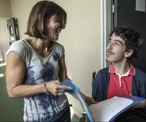 Interne à l'Institut d'éducation motrice, Alexandre est accompagné en permanence de Vanessa, son auxiliaire de vie scolaire.