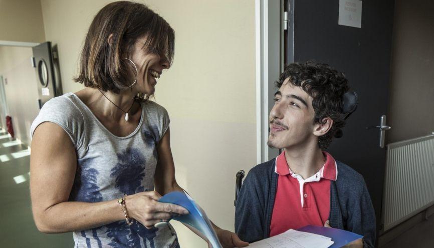 Interne à l'Institut d'éducation motrice, Alexandre est accompagné en permanence de Vanessa, son auxiliaire de vie scolaire. //©Sabine Delcour pour l'Étudiant