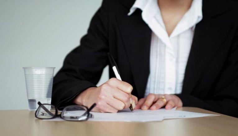 On peut vous demander de remplir un dossier d'information sur le site de recrutement de l'entreprise avant l'entretien d'embauche ou sur papier le jour même.