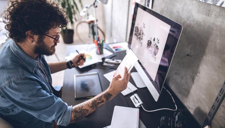 Une bonne maîtrise des logiciels en plus des qualités artistiques est nécessaire pour devenir graphiste.