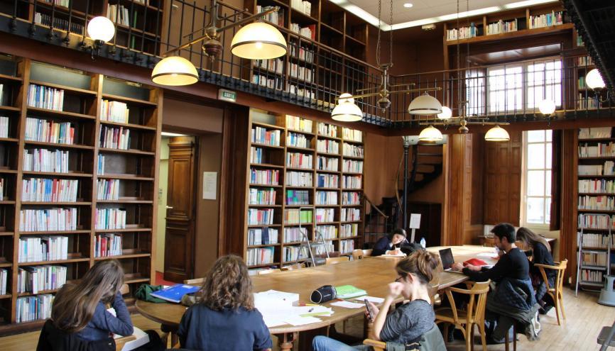 À Bordeaux, les étudiants en sciences peuvent réviser tranquillement en BU le dimanche. //©Camille Stromboni
