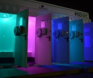La cabine Bostia d'Ecosec a un design futuriste la nuit.