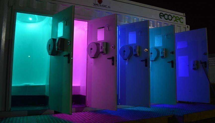 La cabine Bostia d'Ecosec a un design futuriste la nuit. //©Ecosec