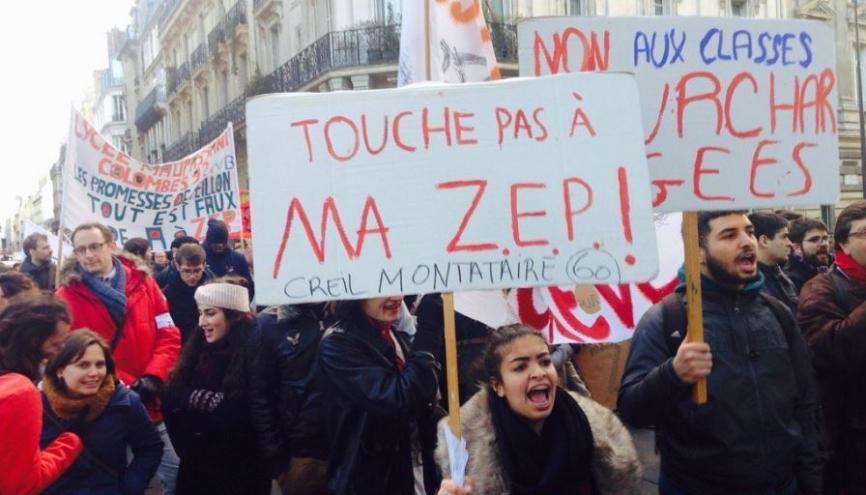 Des lycéens de ZEP venus spécialement de Creil, dans l'Oise, pour manifester contre leur possible exclusion de l'éducation prioritaire... et des moyens qui vont avec. //©Paul Conge