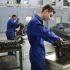 Atelier mécanique-auto du lycée professionnel Jean-Pierre Timbaud àAubervilliers (93)… Les jeunes en alternance doivent parfois investir dans des tenues propres àleur activité.