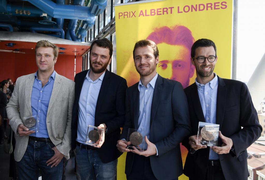 Samuel Forey (à gauche), aux côtés de trois de ses confrères journalistes, David Thomson (RFI), Tristan Waleckx et Matthieu Renier (France2), lors de la remise du 79e prix Albert-Londres. //©AFP Photo/Eric Feferberg