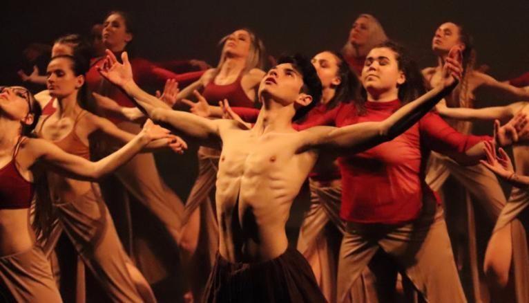 Bastian Borel mène de front sa carrière de danseur et ses études de biologie.