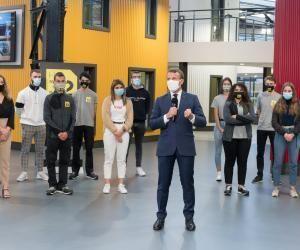 Emmanuel Macron lors de sa visite à l'école Hall 32 de Clermont-Ferrand.