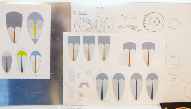 """<strong>MARTA TISSE AVEC DES MATÉRIAUX TRÈS MODERNES ET ISSUS DES NOUVELLES TECHNOLOGIES (2/2)</strong><br />Ce qui intéresse Marta ? Créer le lien entre industrie et artisanat. """"Il faut que chaque objet garde une trace du travail manuel. Par exemple, je tisse avec des matériaux très modernes et issus des nouvelles technologies, comme du fil rétro réfléchissant utilisé pour les brassards. Ou alors, je peux partir de l'art primitif, de certains éléments comme le maquillage ou les motifs d'une tribu, et essayer de les transcrire avec la technologie d'aujourd'hui."""" Une règle que Marta s'est fixée : """"Avoir toujours au moins deux projets en même temps, pour en laisser décanter un en cas de blocage !""""  --&gt; www.martabakowski.com //&nbsp;&copy;&nbsp;Thomas Louapre / Divergence pour l&#039;Étudiant"""